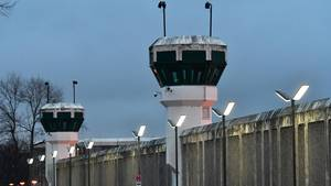Blick auf die Gefängnismauer und zwei Wachtürme der Justizvollzugsanstalt (JVA) Plötzensee