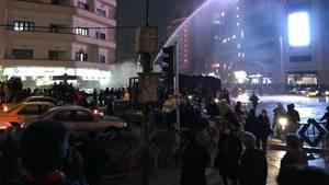 Polizei in Teheran geht mit Wasserwerfern gegen Demonstranten vor