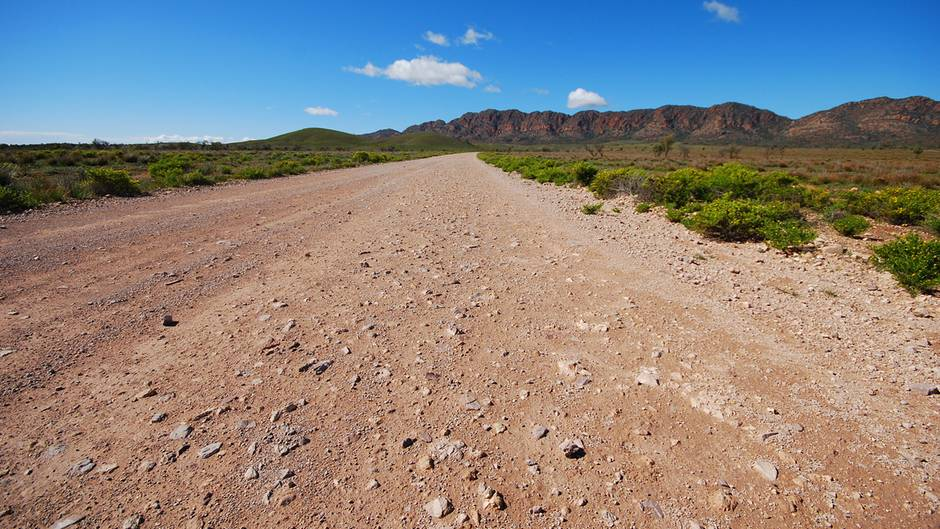 """InSouth Australiaführen die Straßen weit weg von der Zivilisation: Drei Autostunden nördlich von Adelaide beginnt das Outback und die Berglandschaft der Flinders Range. Das Display im Handy zeigt """"kein Empfang, kein Notruf"""""""