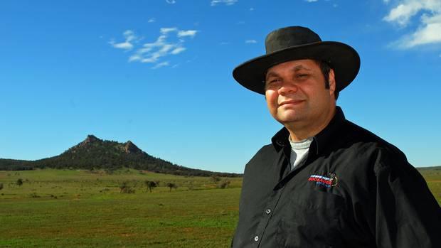 Der Aborigine Haydyn Bromley trägt einen Ohrring mit Diamant. Früher arbeitete er als Lehrer, jetzt führt er zu den Stätten seiner Herkunft. Sein GroßvaterBookabee, nachdem er sein Unternehmen benannt hat, gehörte zu den letzten Adnyamathanha, der noch die Initiationsriten seiner Vorfahren erlebte.