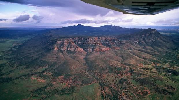 Das natürliche Amphitheater von Südaustralien: Der Wilpena Pound ist kein Krater vulkanischen Ursprungs, sondern ein 500 Millionen Jahre altes, kreisrundes Gebirgsmassiv. Am Fuße der Berge wurden bis zu 48.000 Jahre alte Felszeichnungen der Ureinwohner gefunden.
