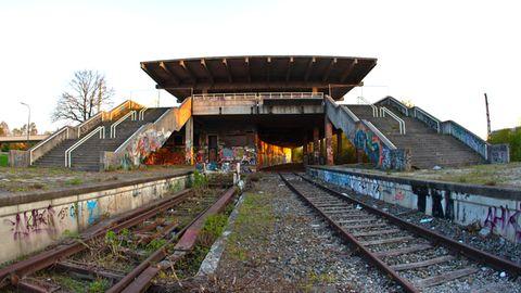Dieser Geisterbahnhof steht unter Denkmalschutz: der S-Bahnhof Olympiastadion im Münchner Norden. Er wurde im Rahmen der Olympischen Sommerspiele 1972 errichtet und nach einem Unfall mit spielenden Kindern 1988 stillgelegt. Demnächst soll die Strecke, die parallel zur Landshuter Allee führt, nach dem Vorbild des High Line Park in Manhattan wiederbelebt werden.