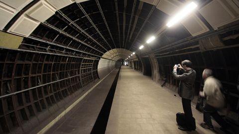 Ein Teil des U-Bahnhofs Hauptbahnhof Nord in Hamburg wurde nie Betrieb genommen. Zwei der vier im Jahre 1968 fertiggestellten Tunnelröhren blieben ohne Gleise. Sie waren für eine U-Bahnlinie von Winterhude nach Lurup gedacht, deren Bau vom Senat aus finanziellen Gründen schon in den 70er Jahren gekippt wurde.