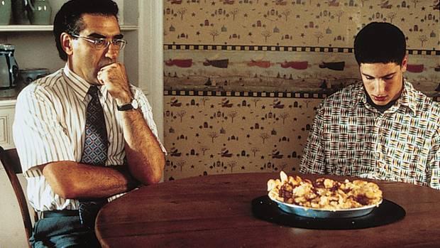 """Film """"American Pie"""": Jim und sein Vater sitzen am Tisch, auf dem ein Apfelkuchen steht"""