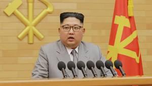 Kim Jong Un im grauen Anzug