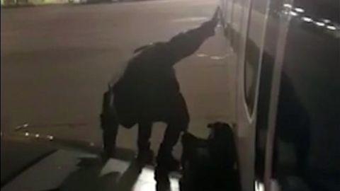Im Gegenlicht ist zu sehen, wie ein Passagier ansetzt, von der Tragfläche eines Flugzeuges zu springen