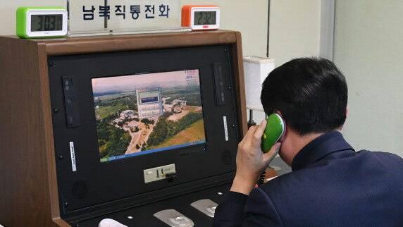Ein südkoreanischer Regierungsbeamter prüft die Kommunikationsleitung nach Nordkorea