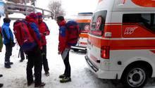 Rettungskräfte in Tirol beraten sich - Eine Lawine hat eine deutsche Mutter und ihre elfjährige Tochter getötet