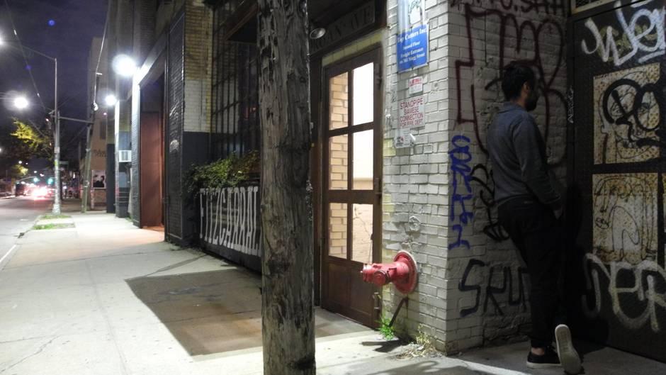 """Hinter dieser Stahltür im New Yorker Bezirk Brooklyn verbirgt sich die Bar """"Threesome Tollbooth"""", in der in einer umfunktionierten Kammer neben dem Barkeeper nur zwei Gäste Platz haben."""