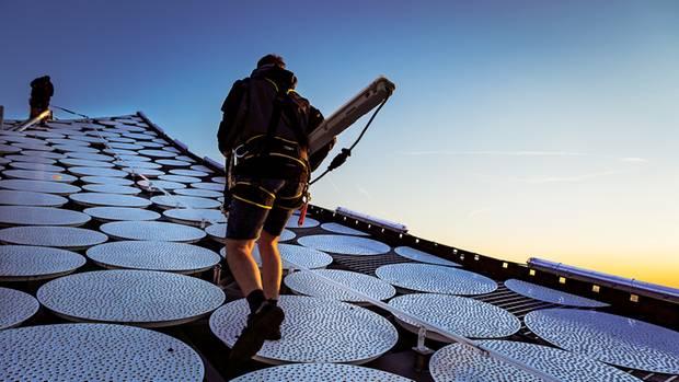 Arbeiter auf dem Dach des Gebäudes