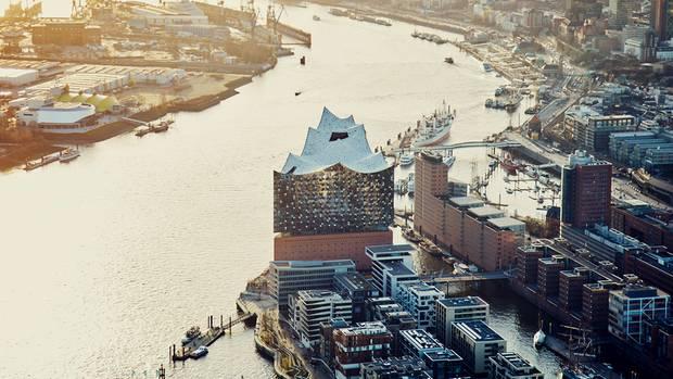 Die Superwelle: das Gebäude als Teil des Elbstroms