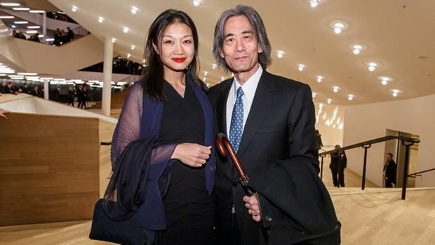 Kent Nagano dirigiert das Philharmonische Staatsorchester Hamburg. Zur Eröffnung der Elbphilharmonie am 11. Januar 2017 begleitete ihn seine Frau Mari Kodama.