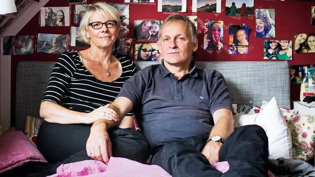 Stefanie Assmann und ihr Mann Willi Bergjürgen haben beim Absturz der Germanwings vor fast drei Jahren ihre Tochter Linda verloren. In Lindas Zimmer, wo sie oft zusammen sitzen, ist das meiste unverändert. An den Wänden hängen Selfies, die das Mädchen mit seinen Freundinnen zeigen