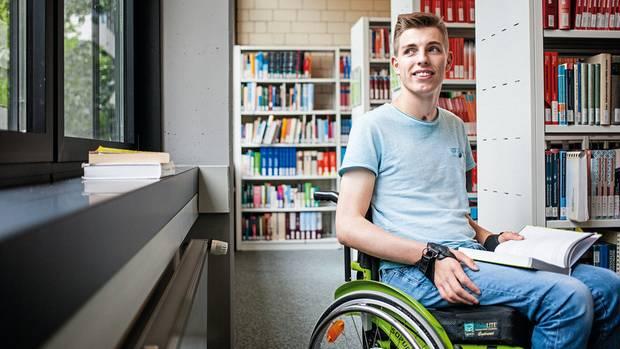 Rollstuhl statt Bundeswehr – und dennoch voll Zuversicht. Fabian Lutter, 22, in der Bibliothek der Fachhochschule Lemgo