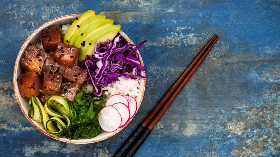 Poke  Das hawaiianische Nationalgericht ist gesund, frisch und lecker: roh gewürfelter Fisch, Gemüse, meist auf lauwarmen Sushi-Reis serviert.