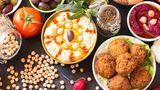 Israelische Küche  Dieses Jahr essen wir israelisch: Hummus, Falafel und Shakshuka, das wohl beste Spiegeleier-Gericht. Hier finden Sie das Rezept.