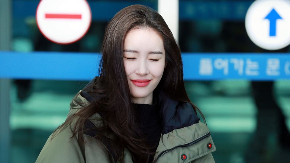 Die koreanische Sängerin Sunmi: Junge Frau mit sehr heller Haut