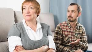 Mutter und Sohn streiten