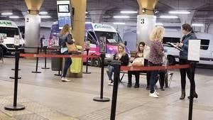 Wie überall: Die Fahrgäste warten