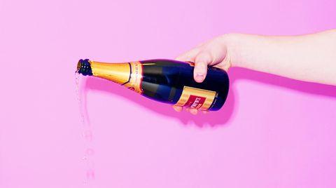 Ein Mann schenkt Champagner aus