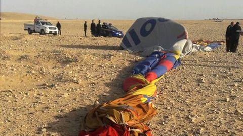 Heißluftballon-Absturz in Luxor, Ägypten: Die Reste des abgestürzten Heißluftballons liegen auf dem Boden