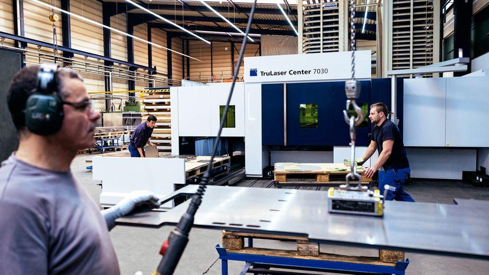 Übermaschine: Bei der Firma H. P. Kaysser läuft die L26 im Alltag. Im blauen Kasten brennt der Laser, links werden die automatisch sortierten Teile entnommen. Theoretisch ersetzt sie drei Viertel der Jobs