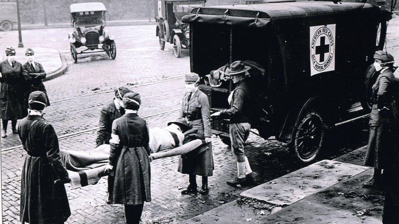 Spanische Grippe: In St. Louis in Missouri, USA, tragen Krankenschwestern der amerikanischen Roten Kreuzes eines Erkrankten.