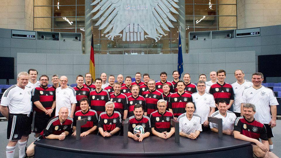 Der FC Bundestag im Plenarsaal des Bundestags in Berlin.