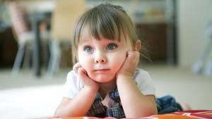 Ein Mädchen guckt nachdenklich mit großen Augen