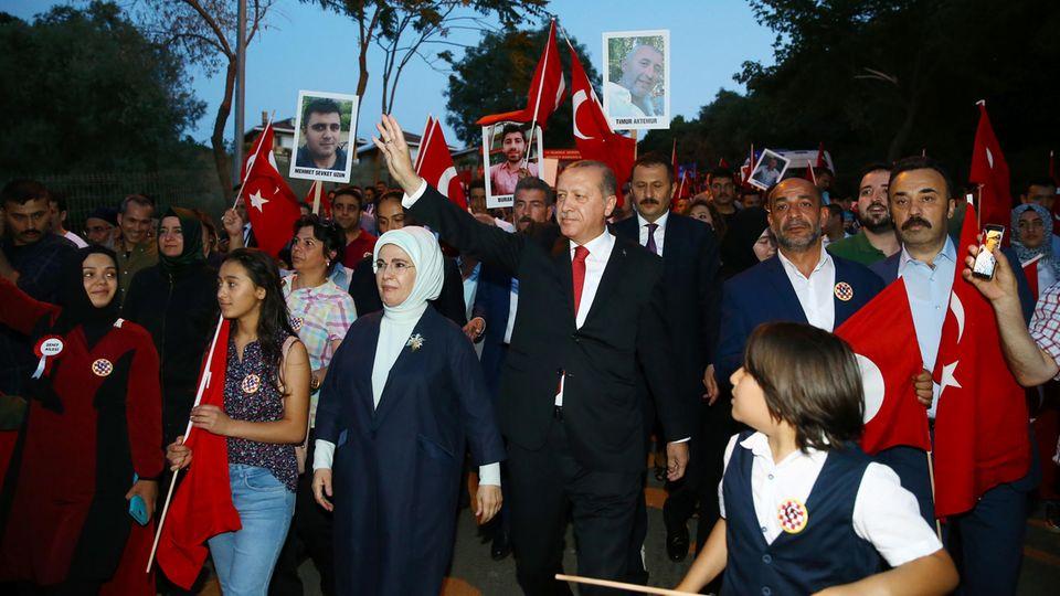 Präsident Erdogan und seine Frau Emine beim Jahrestag des Putschs im Juli 2017
