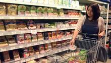 Eine Vegetarierin kauft im Supermarkt ein