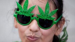 Eine Frau mit einer grünen Hanfblatt-Brille