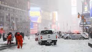 """""""Bombenzyklon"""" in den USA: Ein Räumfahrzeug fährt in New York über eine verschneite Straße"""
