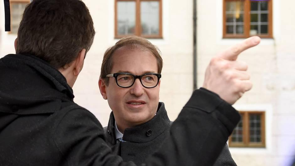 Blick geht stramm nach rechts - Alexander Dobrindt bekommt einen Fingzeig