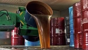 Der mit billigem Sirup gestreckte Honig wird in riesigen Fässern verschifft
