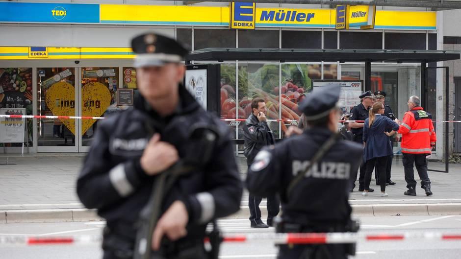 Einsatzkräfte der Polizei sperren am 28.07.2017 nach einer Messerattacke in einem Supermarkt in Hamburg den Tatort ab