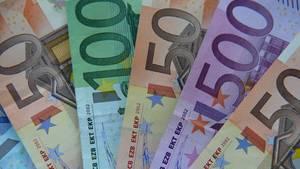 Euro-Geldscheine aufgefächert: Topmanager haben schon jetzt Durchschnitts-Jahreseinkommen in der Tasche