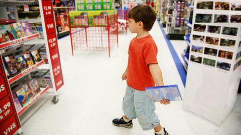 Kleiner Junge im Spielzeug-Laden