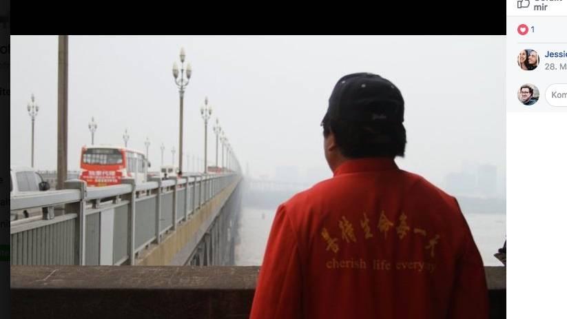 Lebensretter Chen Si blickt auf die Jangtse-Brücke