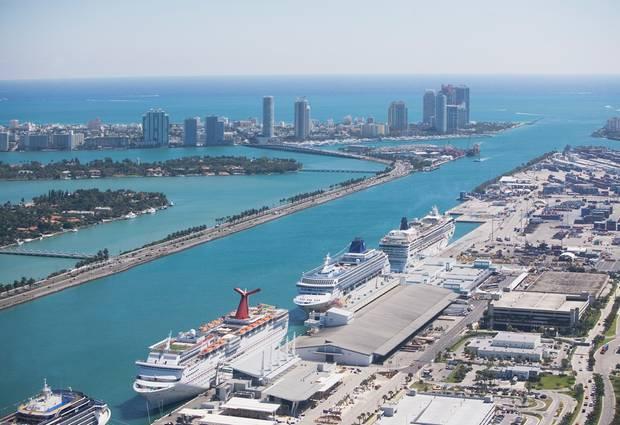 Parallel zum Anleger verläuft der Schellstraße, der MacArthur Causeway, zum Südende von Miami Beach.