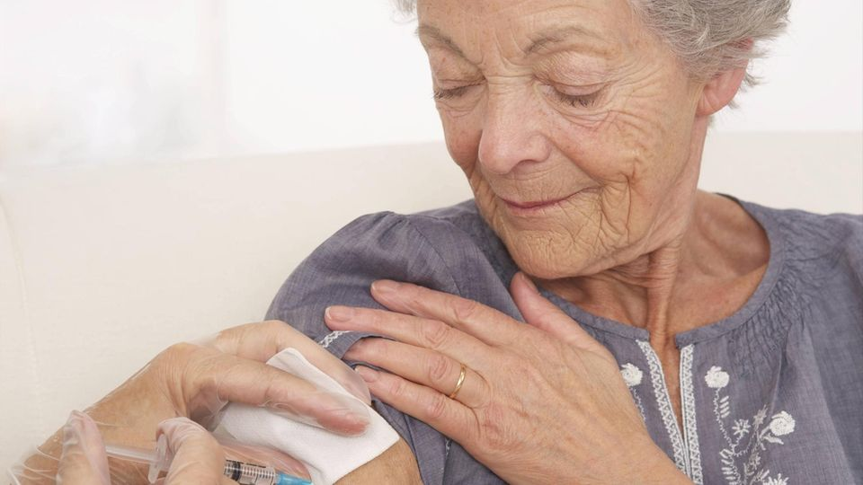 Wiederholtes Impfen gegen Grippe: Eine ältere Frau wird gegen Grippe geimpft