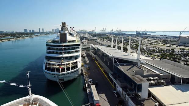 Blick im Port Miami nach Osten in Richtung Atlantik: Am Nordufer von Dodge Island haben die Kreuzfahrtschiffe festgemacht. Im Hintergrund befinden sich die Hochhäuser von South Beach und die Containerterminals.  ©Till Bartels