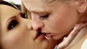 Pornostar Schnuggie91 beim Küssen mit einem Sexroboter