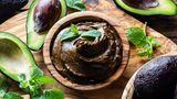 Eine Schokomousse, die nicht nur lecker, sondern auch gesund ist - und das mit nur drei Zutaten? Ja, das gibt es wirklich - mit Avocado. Hier geht's zum Rezept!