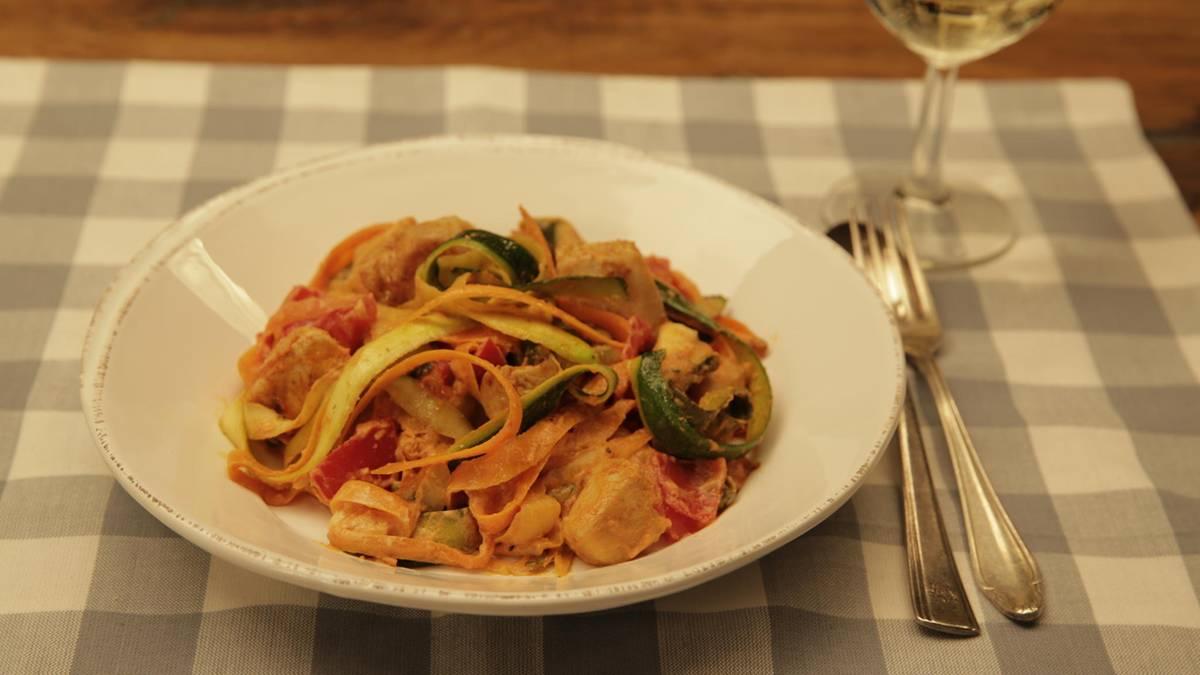 Low-Carb-Rezept: Lecker ohne Pasta: Gemüse-Bandnudeln mit Hähnchen und Tomate