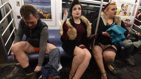 Mehrere Personen sitzen ohne Hose in der New Yorker U-Bahn