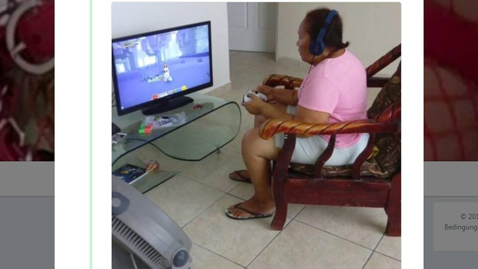 Oma spielt Xbox