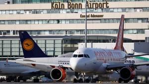 Wegen eines Lochs in der Rollbahn können seit Dienstagvormittag keine Flugzeuge am Airport Köln-Bonn landen. Starts seien nur vereinzelt möglich.