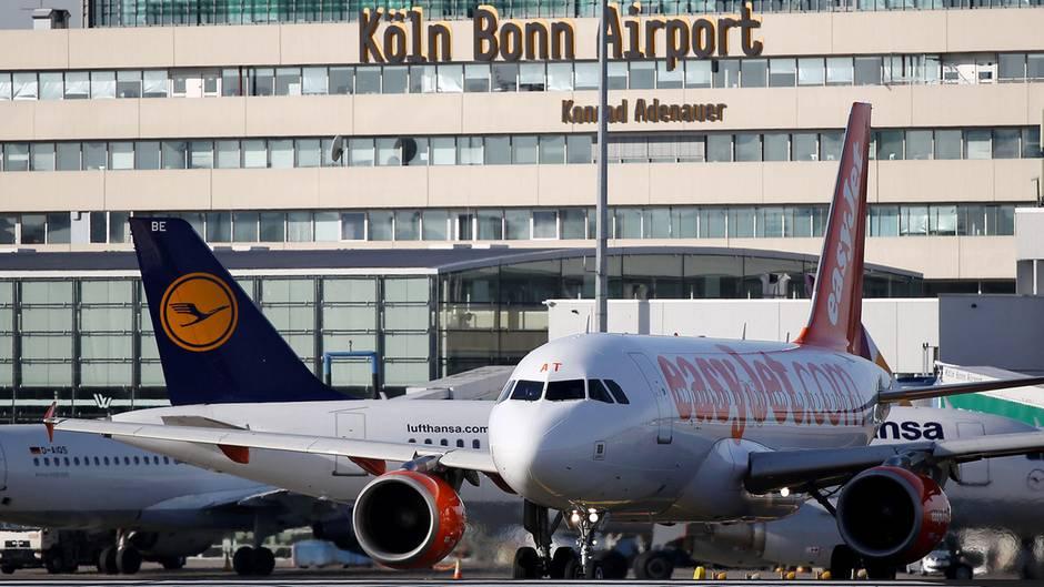 Wegen eines Lochs in der Rollbahn können seit Dienstagvormittag keine Flugzeuge am Airport Köln-Bonn landen. Starts seien nur vereinzelt möglich