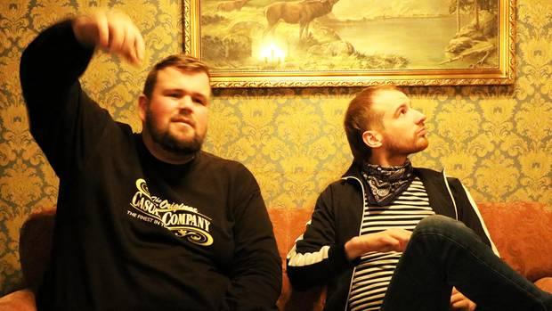 Monchi Gorkow und Christoph Sell beim Interview in einem Burgerladen